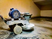 Elektro gemotoriseerd marmeren vloerpoetsmiddel in gebruik om marbel granietvloer op te poetsen stock foto's