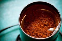 Elektro koffie-molen machine met grondkoffie Royalty-vrije Stock Afbeeldingen