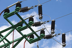 Elektro machtslijnen in hemel Stock Afbeelding