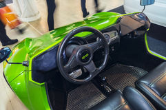 Elektro-Mobil auf verbundenem Auto 2016 Stockfotos