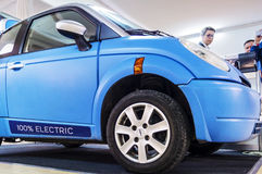 Elektro-Mobil auf verbundenem Auto 2016 Stockfotografie