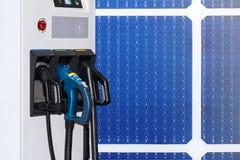 Elektro-Mobil, das Ev-Station und Stecker der Stromkabelversorgung für Ev-Auto auf Solarzellen oder photo-voltaischem Gremiumshin stockfotografie