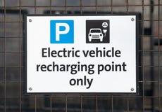 Elektro-Mobil, das Punktzeichen neulädt stockfotos
