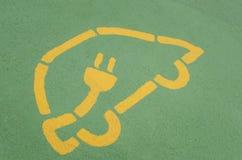 Elektro-Mobil-Ladestations-Zeichen auf Asphalt Stockfoto
