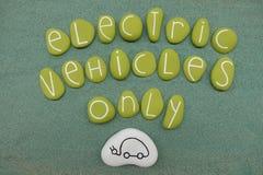 Elektro-Mobile simsen nur mit grünen farbigen Steinen über grünem Sand stockbilder