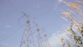 Elektro pylonen Hemel, wolken en gras op achtergrond Timelapse stock videobeelden