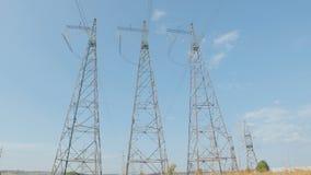 Elektro pylonen Hemel, wolken en gras op achtergrond Timelapse stock footage