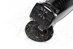 Elektro zwart scheerapparaat over witte achtergrond in het wasbassin royalty-vrije stock afbeeldingen