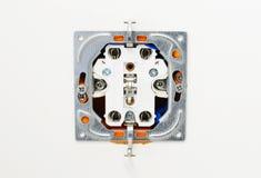 Elektroafzet tijdens installatie in bureaumuur Stock Afbeelding