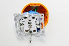 Elektroafzet tijdens installatie in bureaumuur Stock Foto