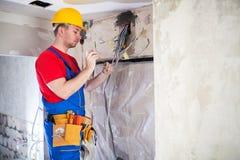 Elektroarbeit unter Steuerung eines erfahrenen Technikers stockfotos