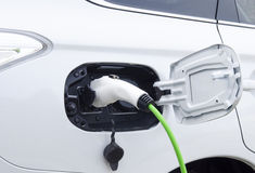 Elektroauto aufgeladen. Aufladung ein elektrisches whitte Auto angeschlossen stockfoto
