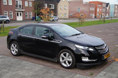 Elektroauto-Chevrolet-Volt aufladend Lizenzfreie Stockfotografie