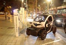 Elektroauto, das in Barcelona auflädt stockfotos