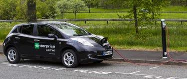 Elektroauto, das an charing Punkt des allgemeinen Autos charing ist Stockfotos