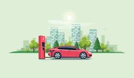 Elektroauto, das an der Ladestation mit Stadt auflädt Stockfotos
