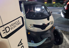 Elektroauto, das in einem allgemeinen Punkt in Barcelona auflädt lizenzfreie stockfotografie