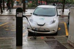 Elektroauto, das in einem allgemeinen Punkt in Majorca auflädt lizenzfreies stockfoto