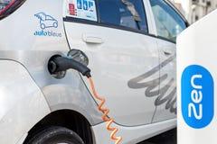 Elektroauto die bij post aanvulling Royalty-vrije Stock Foto's