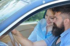 Elektroauto und Ökologie Liebende Paare genießen stützbare Reise Paare in der Liebesreise durch Automobiltransport bärtig lizenzfreie stockfotografie