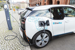 Elektroauto, welches die Batterien in Berlin, Deutschland neulädt lizenzfreie stockfotos