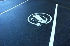 Elektroautoparklücke lizenzfreies stockbild