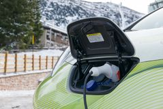 Elektroautostecker, der in der Winterbergstadt auflädt Stockfotografie
