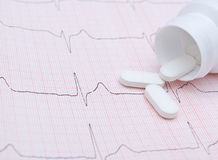Elektrocardiogramgrafiek en pillen Stock Foto