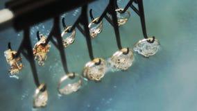 Elektrochemische behandeling van gouden juwelen stock video