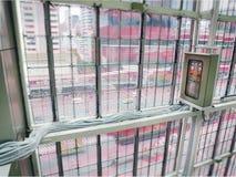 Elektrocontrolekabinet met de Bedrading van Kabels binnen het Gebouw royalty-vrije stock foto