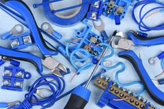 Elektrodiehulpmiddelen en componentenuitrusting in elektrische installaties wordt gebruikt stock afbeelding