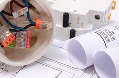 Elektrodoos, diagrammen en elektrische zekering op bouwtekening stock fotografie