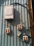 Elektrodoos en vele afzet in onveilige configuratie stock afbeelding