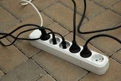 Elektrodraden in de contactdoos Stock Afbeelding