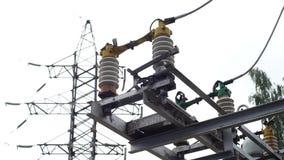 Elektrohulpkantoormateriaal: de lijn van de elektriciteitstransmissie, het aanaarden schakelaar Kader Het aanaarden schakelaar en stock videobeelden