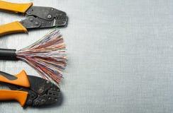 Elektrohulpmiddelen en kabel op metaaloppervlakte met plaats voor tekst Het concept van de energie Stock Fotografie