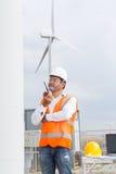 Elektroingenieur, der im Windkraftanlagestromgenerator arbeitet lizenzfreie stockbilder