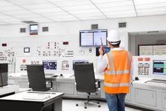 Elektroingenieur die bij controlekamer van thermische elektrische centrale werken Stock Afbeelding
