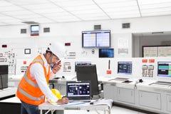 Elektroingenieur die bij controlekamer van thermische elektrische centrale werken Stock Fotografie