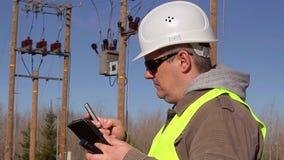 Elektroingenjör med bordlagd PC och mobiltelefon på utomhus stock video
