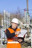 Elektroingenjör med dokumentation royaltyfri bild