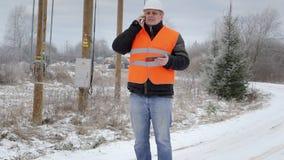 Elektroingenjör som talar på mobiltelefonen stock video