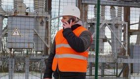 Elektroingenjör som talar på mobiltelefonen i avdelningskontor stock video