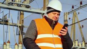 Elektroingenjören överför ett meddelande med mobiltelefonen stock video