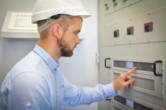 Elektroingenjören för automation konfigurerar den industriella kontrollanten Royaltyfri Fotografi
