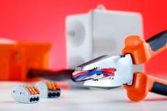 Elektrokabelverbinding Hulpmiddel en elektrische component stock afbeelding