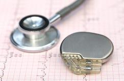 Elektrokardiograf med stetoskopet och pacemaker arkivbild
