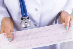 Elektrokardiogram ecg i hand av en kvinnlig doktor Medicinsk hälsovård Rytm och pulsen för klinikkardiologihjärta testar closeupe arkivbilder