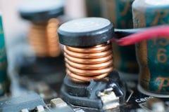 Elektrolytisk kondensator och ledare som är synliga på den utskrivavna ciren Royaltyfri Fotografi