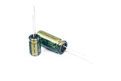 Elektrolytisk kondensator två i gräsplan som isoleras på vit arkivbild